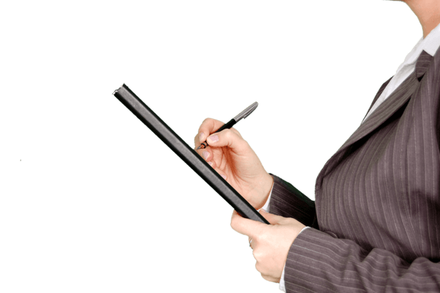 【出典】https://www.pexels.com/photo/woman-in-gray-pinstripe-blazer-holding-black-and-gray-stylus-pen-and-black-pad-45905/