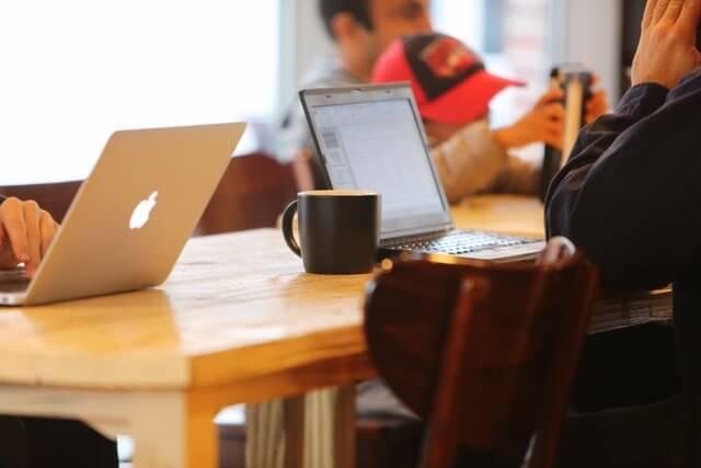【出典】https://www.pexels.com/photo/working-office-laptops-technology-8169/