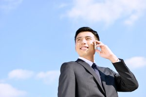 電話をかけるビジネスマン