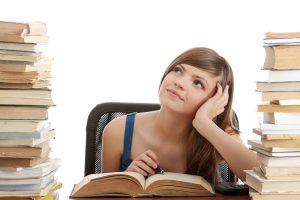 本を読みながら考える女性
