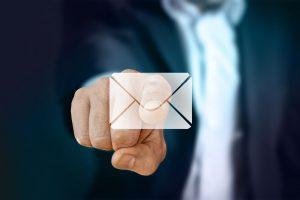 メールアイコンを押すビジネスマン