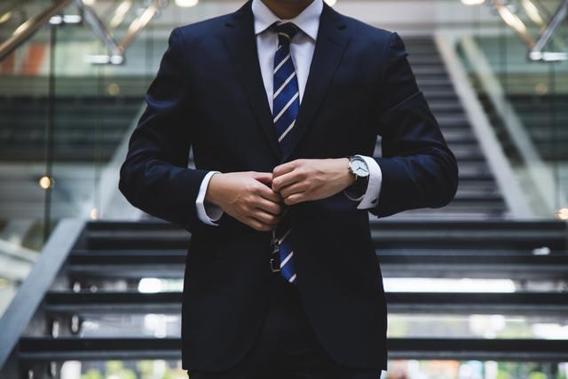 黒いスーツを着た男性