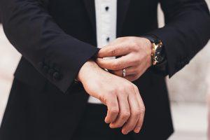 袖をまくるビジネスマン