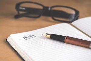 メモとペンと眼鏡