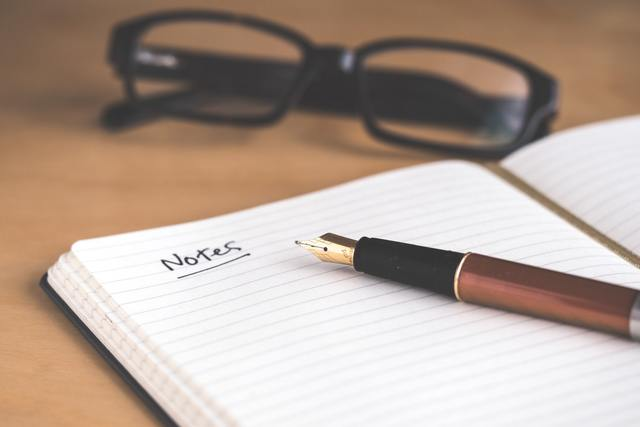 ノートと万年筆とメガネ
